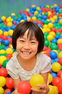 ボールプールで遊ぶ女の子の写真素材 [FYI02895972]