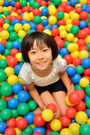 ボールプールで遊ぶ女の子の写真素材 [FYI02895973]