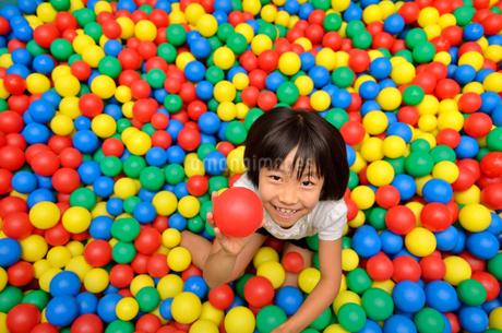 ボールプールで遊ぶ女の子の写真素材 [FYI02895974]