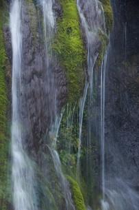 岩肌を流れる滝の写真素材 [FYI02896047]