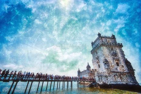リスボン 世界遺産ベレンの塔と群衆の写真素材 [FYI02896092]
