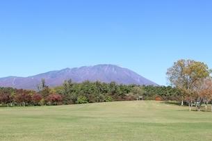 小岩井農場より岩手山を仰ぎ見るの写真素材 [FYI02902347]