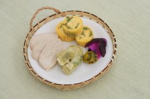 そら豆の天ぷら・だし巻き・サラダチキンのおかずの写真素材 [FYI02902388]