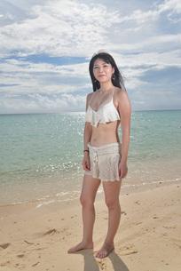 宮古島/ビーチでポートレート撮影の写真素材 [FYI02902399]