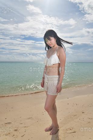 宮古島/ビーチでポートレート撮影の写真素材 [FYI02902401]