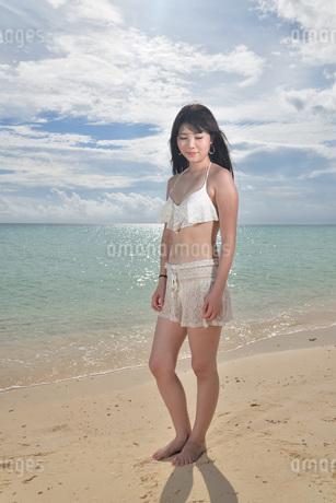 宮古島/ビーチでポートレート撮影の写真素材 [FYI02902402]