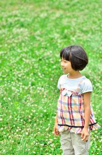 野原で遊ぶ女の子の写真素材 [FYI02903957]