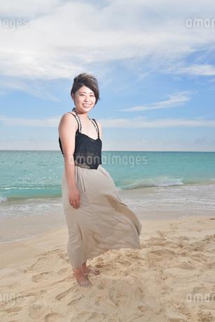 宮古島/ビーチでポートレート撮影の写真素材 [FYI02904419]