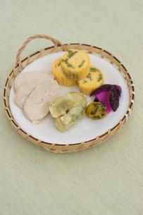 そら豆の天ぷら・だし巻き・サラダチキンのおかずの写真素材 [FYI02904426]
