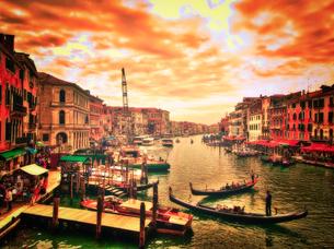 世界遺産ベネチア ゴンドラと街並みの写真素材 [FYI02904569]