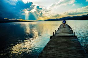 山中湖と夕景と桟橋の写真素材 [FYI02906455]