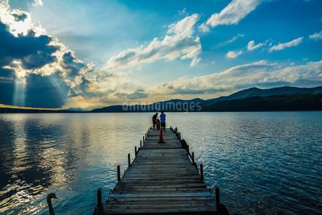 山中湖と夕景と桟橋の写真素材 [FYI02906462]