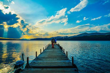 山中湖と夕景と桟橋の写真素材 [FYI02906463]
