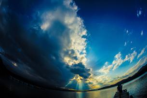 山中湖と夕景と桟橋の写真素材 [FYI02906467]