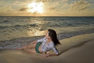宮古島/夕景のビーチでポートレート撮影の写真素材 [FYI02906535]