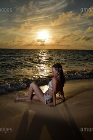 宮古島/夕景のビーチでポートレート撮影の写真素材 [FYI02906536]
