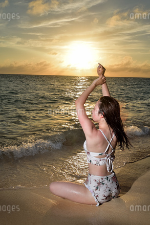 宮古島/夕景のビーチでポートレート撮影の写真素材 [FYI02906547]