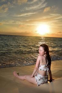 宮古島/夕景のビーチでポートレート撮影の写真素材 [FYI02906586]