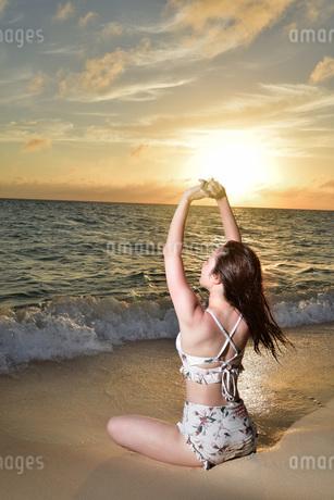 宮古島/夕景のビーチでポートレート撮影の写真素材 [FYI02906597]