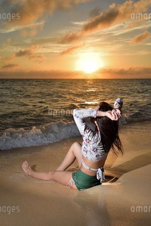 宮古島/夕景のビーチでポートレート撮影の写真素材 [FYI02906693]
