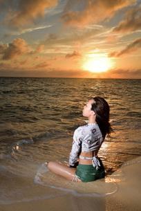 宮古島/夕景のビーチでポートレート撮影の写真素材 [FYI02906753]