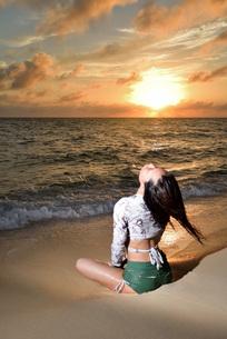 宮古島/夕景のビーチでポートレート撮影の写真素材 [FYI02906769]