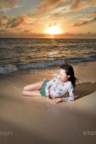 宮古島/夕景のビーチでポートレート撮影の写真素材 [FYI02906770]