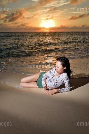 宮古島/夕景のビーチでポートレート撮影の写真素材 [FYI02906827]