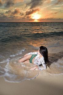 宮古島/夕景のビーチでポートレート撮影の写真素材 [FYI02907042]