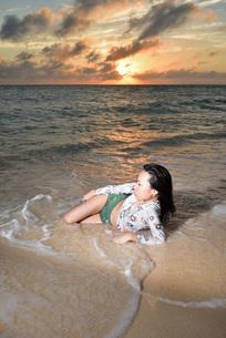 宮古島/夕景のビーチでポートレート撮影の写真素材 [FYI02907196]