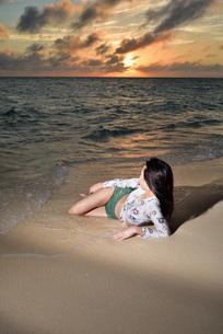宮古島/夕景のビーチでポートレート撮影の写真素材 [FYI02907321]