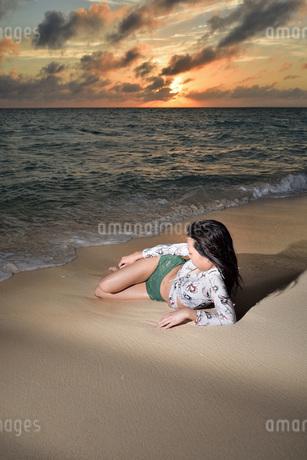 宮古島/夕景のビーチでポートレート撮影の写真素材 [FYI02907407]