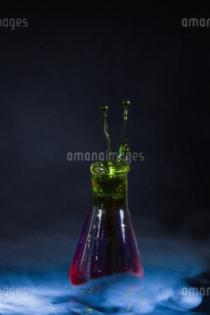 フラスコからあがる水滴の写真素材 [FYI02908533]