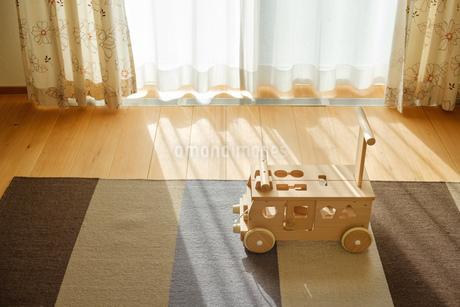 木の車のおもちゃの写真素材 [FYI02910686]