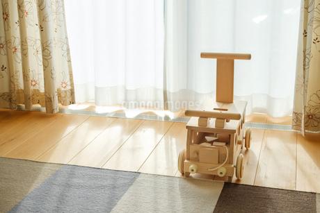 木の車のおもちゃの写真素材 [FYI02910688]