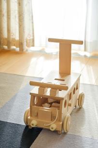 木の車のおもちゃの写真素材 [FYI02910689]