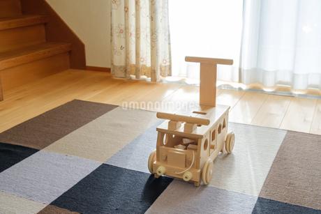 木の車のおもちゃの写真素材 [FYI02910690]