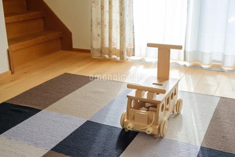 木の車のおもちゃの写真素材 [FYI02910691]