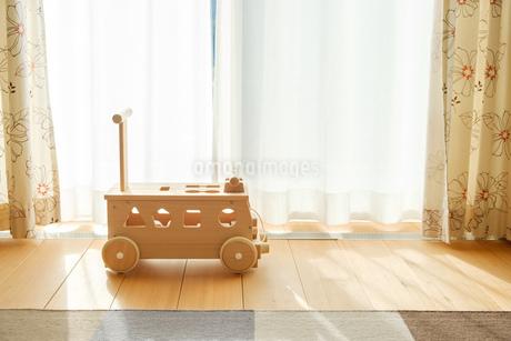 木の車のおもちゃの写真素材 [FYI02910692]
