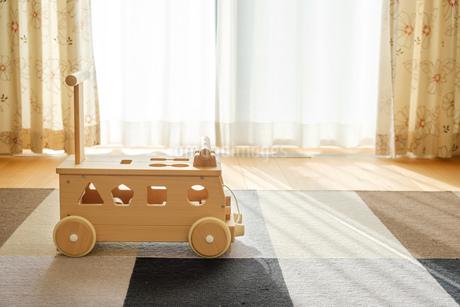 木の車のおもちゃの写真素材 [FYI02910693]
