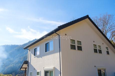 漆喰と大屋根の家の写真素材 [FYI02910697]