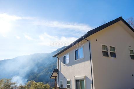 漆喰と大屋根の家の写真素材 [FYI02910698]