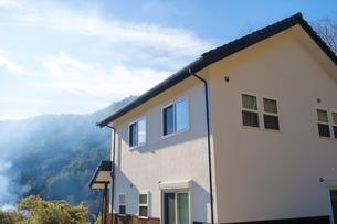 漆喰と大屋根の家の写真素材 [FYI02910699]
