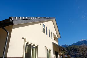 漆喰と大屋根の家の写真素材 [FYI02910702]