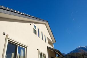 漆喰と大屋根の家の写真素材 [FYI02910703]