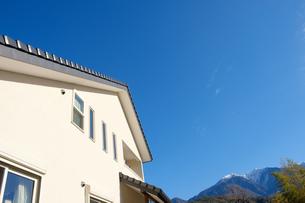 漆喰と大屋根の家の写真素材 [FYI02910705]