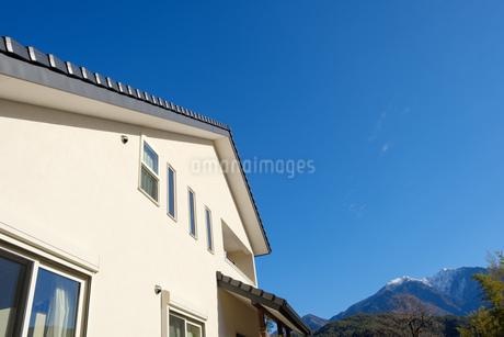 漆喰と大屋根の家の写真素材 [FYI02910706]
