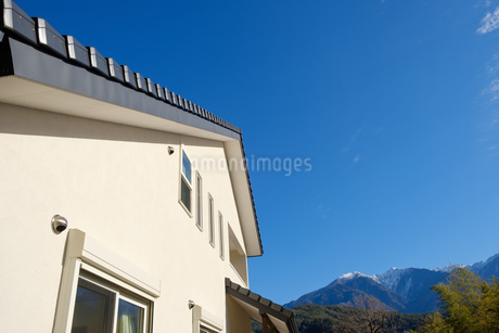 漆喰と大屋根の家の写真素材 [FYI02910707]