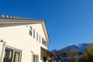 漆喰と大屋根の家の写真素材 [FYI02910708]
