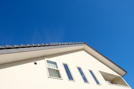 漆喰と大屋根の家の写真素材 [FYI02910709]